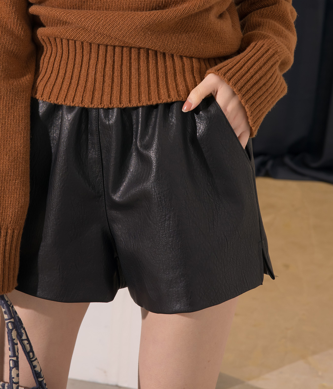 13.時髦側開岔皮短褲