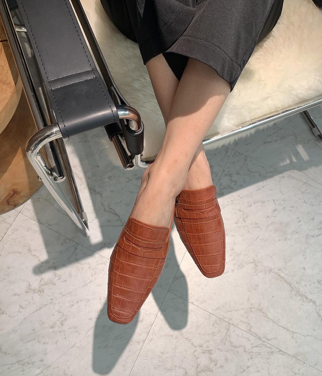 獨有風格的壓紋穆勒鞋
