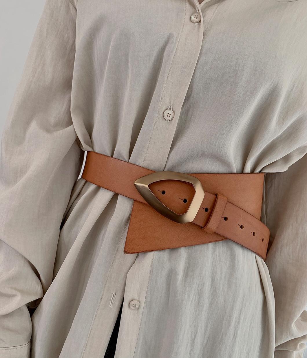 43.質感先加分的霧金扣環寬腰帶